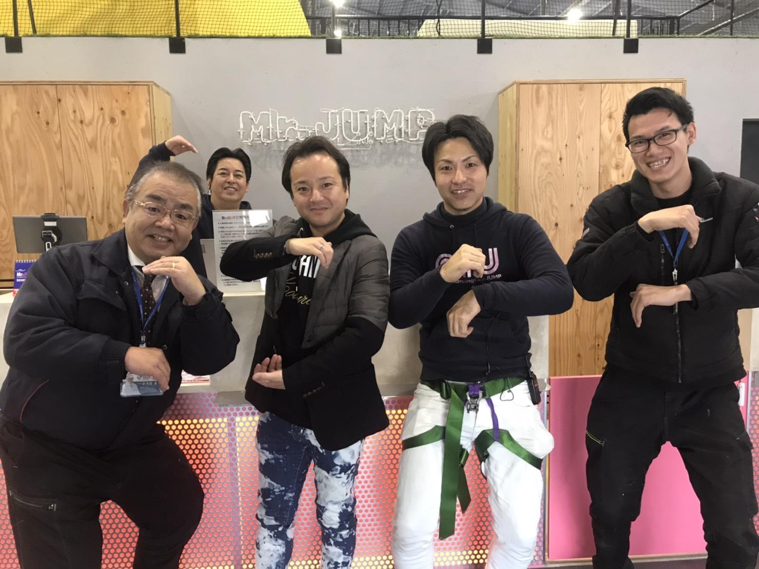 トランポリンパークのMr.JUMP様の新しい店舗を神奈川県相模原市にてオープンすることになり、 シンライズにその新店舗になる大きな倉庫の塗装の依頼を頂きました!! なんと暑さ対策のために内側も外側もガイナで塗装しております!!