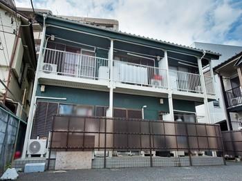 以前、違うアパートを2軒お願いしたこともあり、 今回このアパートを施工するときもシンライズさんの神戸さんにお願いしようと思った。 古いアパートで塗膜の剥がれやヒビ、窓柵のサビなど目立っていました。