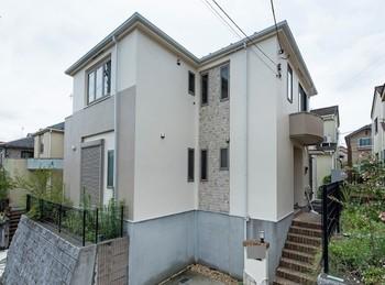外壁の汚れやモルタル部分の剥がれが気になっていました。そんな時期に近所で塗装工事をしていたシンライズさんに我が家もお願いすることになりました。